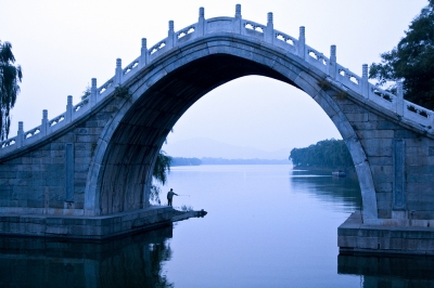 Fishing at Jade Belt Bridge, Summer Palace, Beijing (Dimitry B.)  [flickr.com]  CC BY  Infos zur Lizenz unter 'Bildquellennachweis'