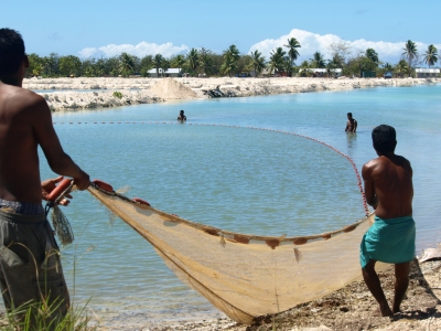 Fishing in Kiribati, 2008. Photo: AusAID (Department of Foreign Affairs and Trade)  [flickr.com]  CC BY  Infos zur Lizenz unter 'Bildquellennachweis'
