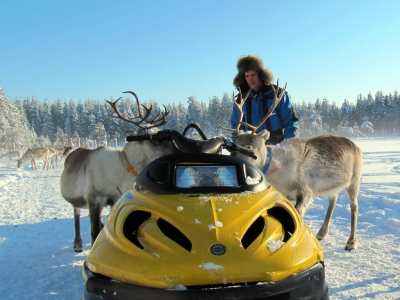 reindeer man feeding the reindeer in Lapland (Heather Sunderland)  [flickr.com]  CC BY  Infos zur Lizenz unter 'Bildquellennachweis'