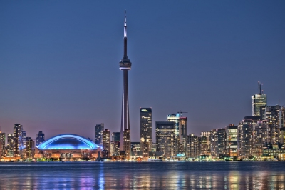Toronto night skyline CN Tower downtown skyscrapers sunset Canad (Larry Koester)  [flickr.com]  CC BY  Infos zur Lizenz unter 'Bildquellennachweis'